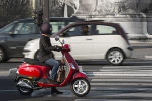 Die Führerscheinklasse AM berechtigt zum Fahren von einem Moped oder Roller und ist unbegrenzt gültig.