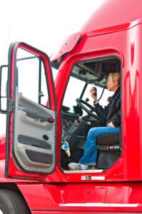 Bei einem C1E-Führerschein liegen die Kosten in der Hand des Kraftfahrers.