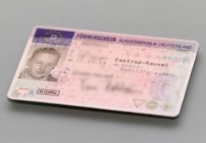 Wer den Führerschein Klasse 3 umschreiben lässt, erhält den EU-Führerschein im Scheckkartenformat.