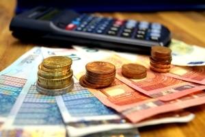 Führerschein mit 17: Die Kosten unterscheiden sich nur wenig von denen des regulären Führerschein.