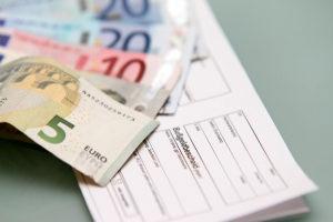 Die Gebühren von einem Bußgeldbescheid müssen zusätzlich bezahlt werden.