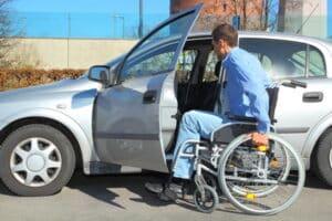 Behindertenfahrzeuge bei Rollstuhlfahrern sind in der Regel größer, damit der Rollstuhl ebenfalls reinpasst.