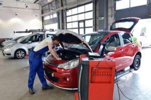 In einer spezialisierten Werkstatt kann das Auto umgerüstet werden, sodass das Autofahren im Rollstuhl möglich ist.