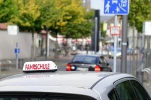 Autofahrschule: Erste Erfahrungen im Straßenverkehr mit dem Fahrschulauto.