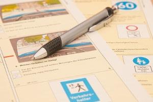 Die Fahrschule legt die Grundlagen, um die Prüfung in der Theorie zu bestehen.