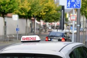 Praktische Prüfung: Mit dem Auto der Fahrschule zum Führerschein.