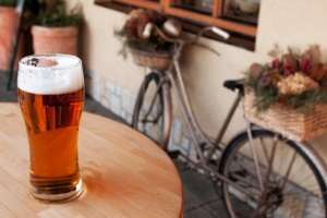 Fahren unter Alkohol kann auch auf dem Fahrrad strafbar sein und sogar zum Entzug des Kfz-Führerscheins führen.