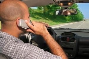 Wenn Sie geblitzt wurden mit Handy am Ohr, erwartet Sie ein Bußgeldbescheid.