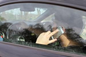 Das Handy am Steuer ist ein Risiko für den Straßenverkehr.