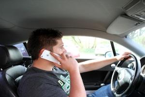 Das Telefonieren am Steuer ist ohne Freisprechanlage nicht erlaubt.