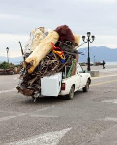 So nicht! Mangelnde Ladungssicherung gefährdet alle Verkehrsteilnehmer.