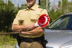 Bei Rot über die Ampel zu fahren und geblitzt zu werden kommt häufiger vor, als dabei von einem Beamten angehalten zu werden