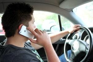 Wer mit dem Handy am Ohr geblitzt wird, wird doppelt bestraft.
