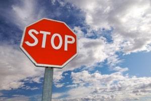 Vorfahrt: Zeichen 206, besser bekannt als Stoppschild.