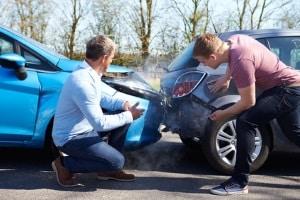Damit nach einem Autounfall kein weiter Schaden entsteht, müssen Sie einige Dinge beachten.