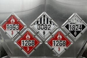 Besondere Vorsicht ist bei einem Gefahrgutunfall geboten, wenn beispielsweise giftige Flüssigkeiten auslaufen.