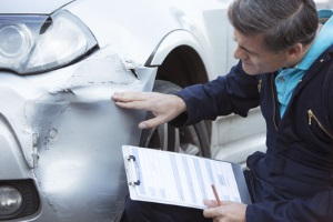 Selbstverschuldeter Unfall: Melden Sie den Unfall zuerst der Versicherung.