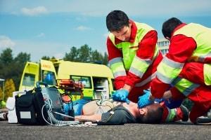 Gibt es Verletzte nach dem Unfall, müssen Sie erste Hilfe leisten.
