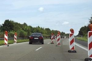 Geschwindigkeitsüberschreitung an einer Baustelle auf der Autobahn: Hier gelten die Bußgelder für Tempoverstöße außerorts.