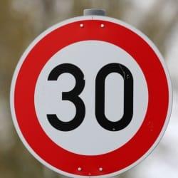 Der Unterschied zwischen der 30er-Zone und dem Tempolimit 30 ist, dass letzteres nur für die jeweilige Straße gilt.