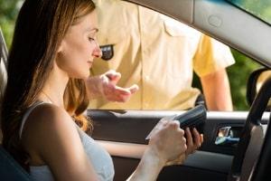 Fahrverbot: Führerschein nicht abgegeben? Beamte können ihn dann beschlagnahmen.