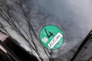 Wo gibt es die grüne Plakette zu kaufen? Gegen Vorlage der Zulassungsbescheinigung ist das auch online möglich.