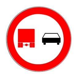 Das LKW-Überholverbot: Fahrzeuge mit einer zulässigen Gesamtmasse von über 3,5 Tonnen dürfen nicht überholen.