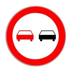 Das Überholverbot wird durch das Verkehrszeichen Nummer 276 angezeigt.