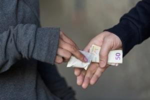 Der Drogenbesitz führt zum Führerscheinentzug, wenn sich auch der Konsum bestätigt.