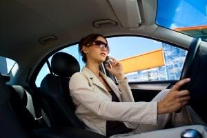 Telefonieren am Steuer gilt als A-Verstoß in der Probezeit.