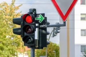 Das Grünpfeilschild neben der Ampel erlaubt das Rechtsabbiegen auch bei Rot.
