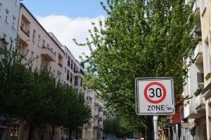 Strafe bei Blitzer: Innerorts oder in der 30er Zone ist das Bußgeld höher.