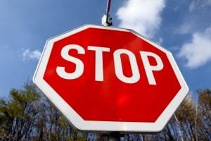 """Verkehrsschild """"Grüner Pfeil"""": Ähnlich wie beim Stoppschild, muss zuerst gehalten werden."""