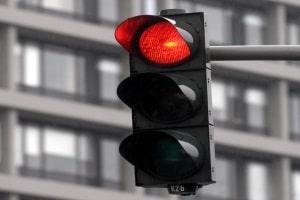 Die Höhe der Strafe für einen Rotlichtverstoß hängt davon ab, wie lange die Ampel schon rot war