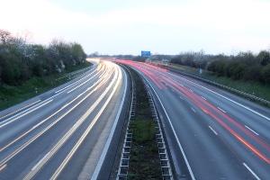 Pkw-Geschwindigkeit messen: Ein Messgerät misst die gefahrene Geschwindigkeit, im Anschluss folgt der Toleranzabzug.