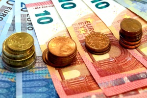 Das Bußgeld für unzulässige Xenon-Beleuchtungseinrichtungen kann bis zu 90 Euro betragen.