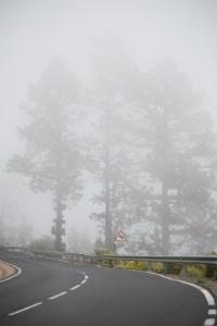 Trotz ausreichender Sicht sind die Nebelscheinwerfer an: Keine Strafe, aber ein Verwarngeld droht.