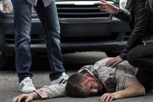 Fahrerflucht kann eine Straftat darstellen, z. B. wenn Sie den Unfallort verlassen ohne Erste Hilfe zu leisten.