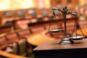 Sogar Sachbeschädigung kann eine Straftat darstellen und zum Strafverfahren führen.
