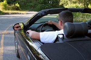 Beharrliches Drängeln im Straßenverkehr kann strafbar sein.