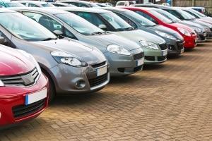 Wie viel Seitenabstand ist beim Parken und Überholen einzuhalten?