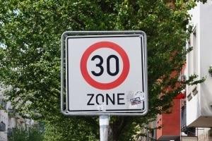 Der Toleranzabzug beträgt innerorts (30er/50er-Zone) in der Regel 3 km/h.