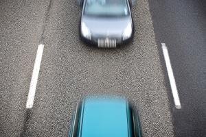 Eine Nötigung im Straßenverkehr ist bei zu dichtem Auffahren gegeben.
