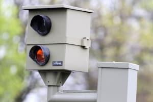 Radarblitzgeräte gibt es als Starenkästen, aber auch als mobile Radargeräte.