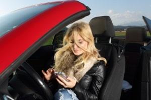 Sind Blitzer-Apps erlaubt oder verboten? Bislang ist nur die Nutzung während der Fahrt untersagt. Davor dürfen Sie die App zurate ziehen.