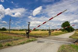 Beschrankter Bahnübergang: Sobald die Schranke sich schließt, müssen Fahrzeuge und Fußgänger warten.