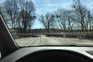 Sie müssen so parken, dass das Andreaskreuz durch Ihr Kfz  nicht verdeckt wird.