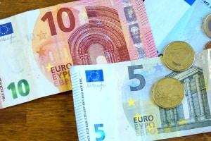 Alles hat seinen Preis, auch ein internationaler Führerschein. Der Antrag kostet ca. 15 Euro.