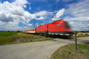 Unbeschrankter Bahnübergang: Es gilt dieselbe Vorsicht wie bei beschrankten Bahnübergangen.