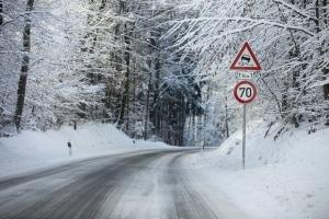 Die zulässige Höchstgeschwindigkeit kann per Schild herabgesetzt werden.